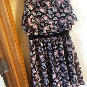 Dresses & Skirts - Floral lace black dress!
